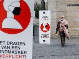 Biển báo yêu cầu người dân bắt buộc đeo khẩu trang trên đường phố thủ đô Brussels, Bỉ, ngày 16/10. Ảnh: Reuters.